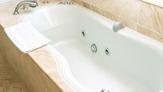 Thai phụ sắp sinh chết nghi do để điện thoại đang sạc gần bồn tắm