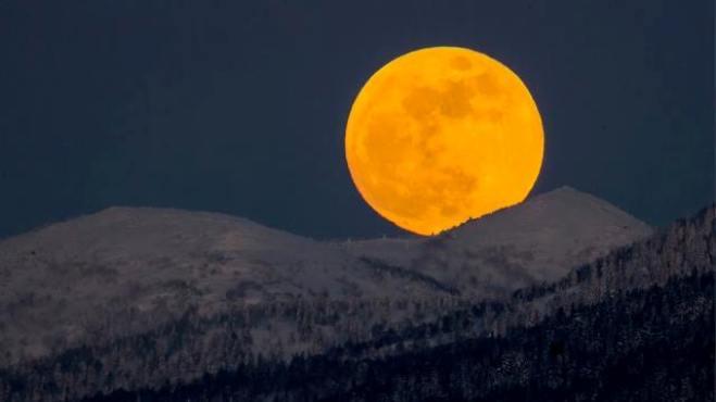 Siêu trăng máu xuất hiện sau 150 năm rực đỏ bầu trời thế giới