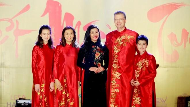 Đại sứ Mỹ tại Việt Nam Daniel J. Kritenbrink hào hứng với áo dài Việt
