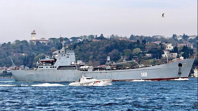 Chiến hạm Nga lừng lững chở xe tăng tới Syria