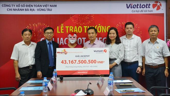 Vietlott trao thưởng giải Jackpot hơn 43 tỷ đồng cho nữ khách hàng ở Hậu Giang