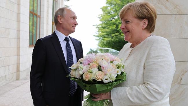 Lý do bó hoa Tổng thống Nga Putin tặng Thủ tướng Đức Merkel gây 'sóng gió'