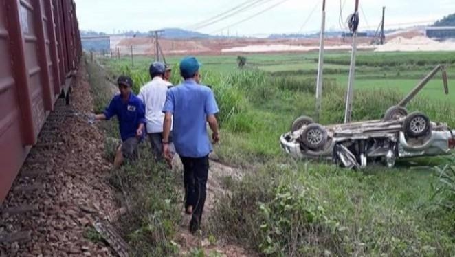 Tàu hỏa đâm xe ô tô tại Quảng Ngãi, 2 người thương vong