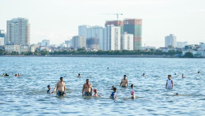 Nhiệt độ Hà Nội trên 40 độ C, nắng nóng như thiêu, Hồ Tây trở thành bể bơi công cộng