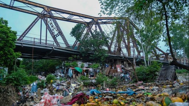 Biển rác thải hoa quả dưới chân cầu Long Biên