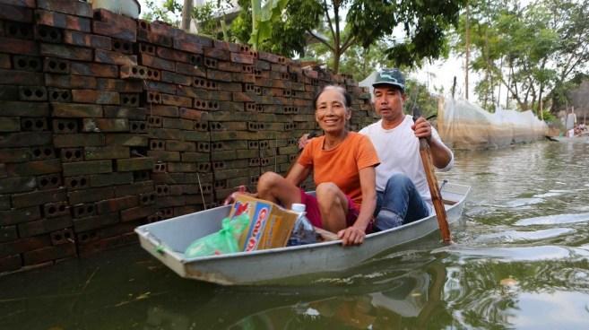 Ngập úng kéo dài, người dân Chương Mỹ chèo thuyền đi nhận hàng cứu trợ