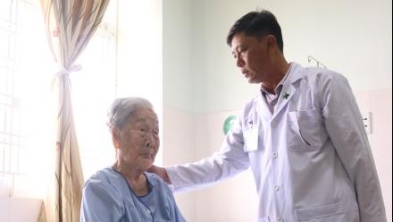 Điều trị thành công cho bà mẹ Việt Nam anh hùng 98 tuổi bị gãy liên mấu chuyển xương đùi
