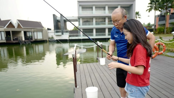 VIDEO: Cư dân mạng xôn xao bé gái được HLV Park Hang Seo dạy câu cá