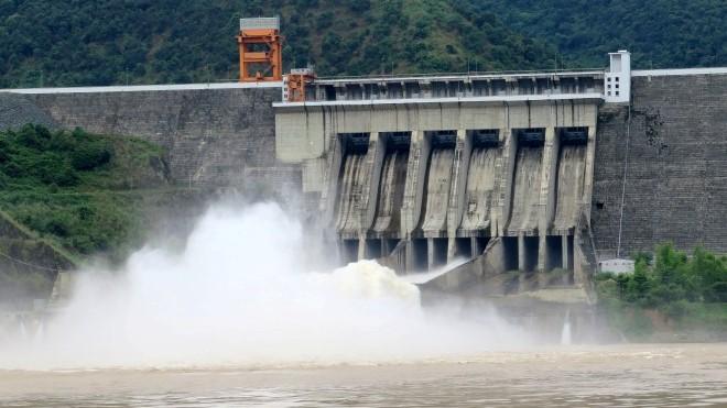 VIDEO: Mở cửa xả đáy hồ Sơn La và Hòa Bình