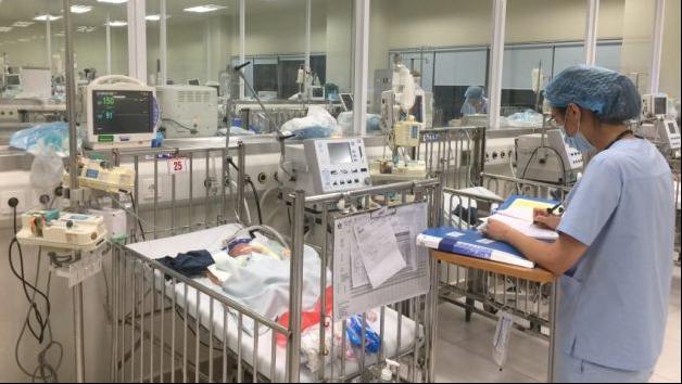 Điều trị tích cực cho bệnh nhi trong vụ cháy nhà trọ gần Bệnh viện Nhi Trung ương