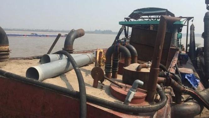 Hà Nội tăng cường tuần tra kiểm soát việc khai thác cát trái phép trên sông Hồng