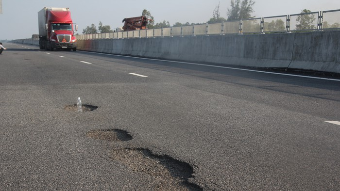 Bộ GTVT phê bình lãnh đạo VEC về sự cố hỏng đường cao tốc Đà Nẵng - Quảng Ngãi