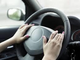 Phụ nữ cầm lái