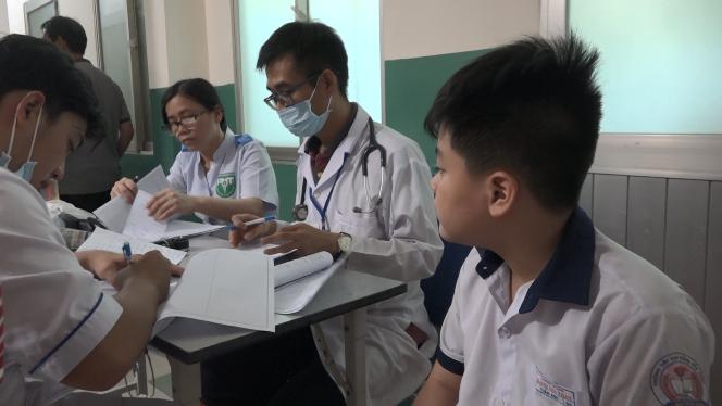 15 học sinh tiểu học đi cấp cứu, nghi ngộ độc sau khi uống trà sữa