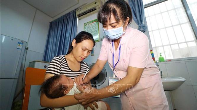 Trung Quốc lại rúng động bê bối hàng loạt trẻ uống vaccine hết hạn