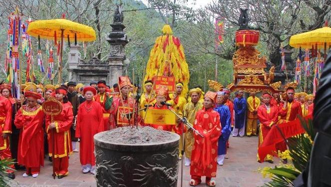 Lễ hội đền Sóc thay đổi hình thức tán lộc để không còn hình ảnh phản cảm