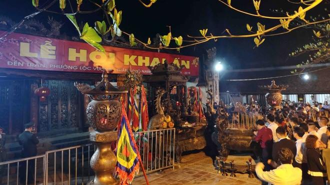 Khai ấn đền Trần: Từ 5 giờ ngày Rằm tháng Giêng phát ấn cho dân