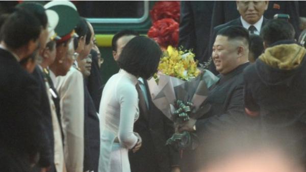 Cô sinh viên mặc áo dài tặng hoa cho nhà lãnh đạo Triều Tiên Kim Jong Un