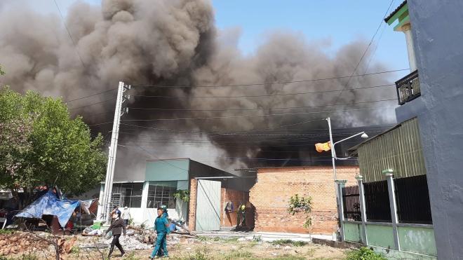 Khống chế vụ hỏa hoạn tại xưởng sản xuất đồ gỗ ở Bình Dương