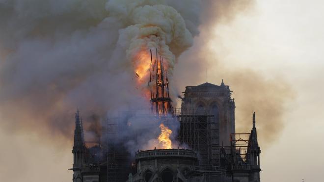 Những hình ảnh về vụ cháy lớn tại Nhà thờ Đức Bà Paris