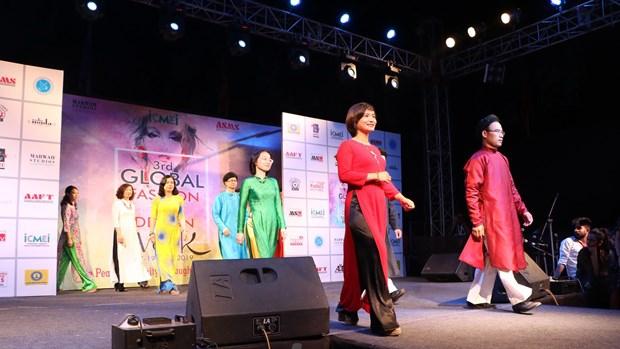 Trình diễn Áo dài Việt Nam tại Tuần lễ thời trang toàn cầu ở Ấn Độ