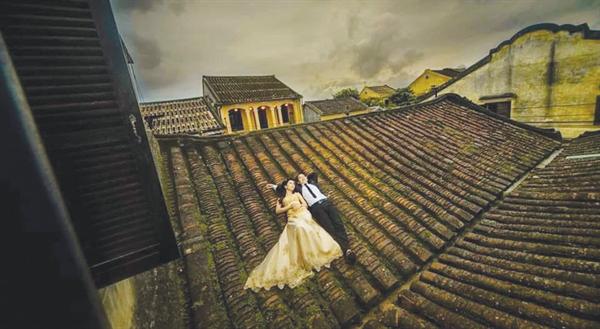 Phản cảm như... chụp ảnh cưới trên mái nhà cổ Hội An