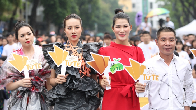 Dàn mẫu Việt trình diễn thời trang từ nhựa tái chế trong 'Ngày tử tế'