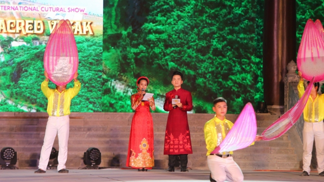 MC Hạnh Phúc chung sân khấu với ca sĩ Phi Nhung và nghệ sĩ quốc tế trong 'Vesak thiêng liêng'
