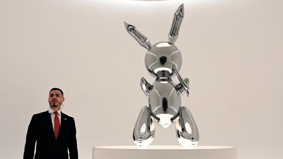 Tác phẩm điêu khắc 'Rabbit' lập kỷ lục đấu giá hơn 91 triệu USD