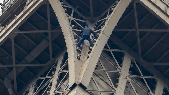 Pháp bắt giữ đối tượng trèo lên Tháp Eiffel và cố thủ trong hơn 6 giờ