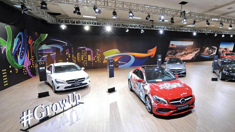 Mercedes mang 44 mẫu xe cùng thời trang Adrian Anh Tuấn ra Hà Nội
