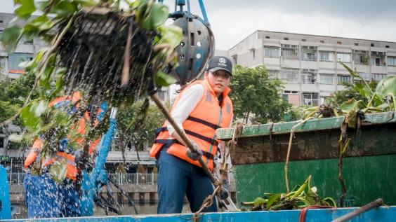 Các người đẹp Miss World Việt Nam chui cống, làm công nhân vệ sinh môi trường