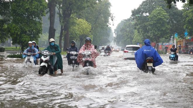 Hình ảnh mưa lớn gây ngập nhiều tuyến phố Hà Nội