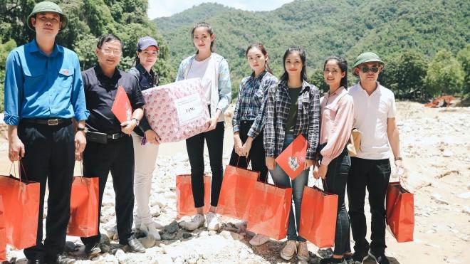 Tân Hoa hậu Lương Thùy Linh vượt lũ đến bản Sa Ná, Thanh Hóa giúp người dân