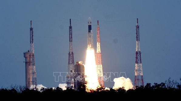 Tàu vũ trụ của Ấn Độ gửi về bức ảnh đầu tiên chụp Mặt Trăng