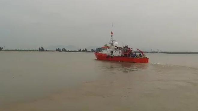 Nghệ An: Khẩn cấp cứu nạn tàu cá cùng 16 ngư dân trên đường tránh bão bị nạn trên biển