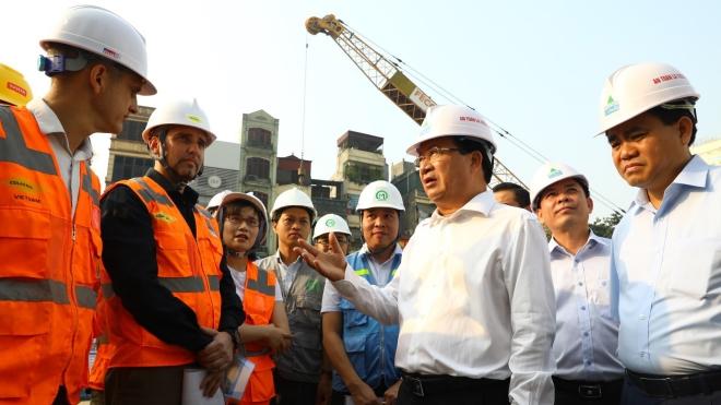 Phó Thủ tướng Trịnh Đình Dũng kiểm tra tuyến đường sắt đô thị Cát Linh - Hà Đông