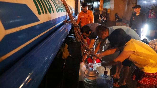 Cùng xem cảnh xuyên đêm lấy nước sạch miễn phí ở  Nhà máy nước Hạ Đình