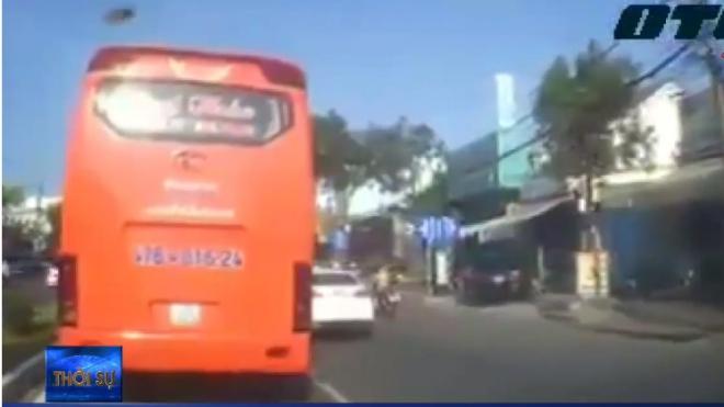 VIDEO: Xe máy gặp tai nạn vì 'điền vào chỗ trống'
