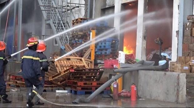Biển lửa bao trùm kho hàng trong Khu công nghiệp Sóng Thần 1 (Bình Dương)