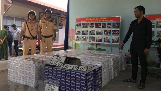 Thành phố Hồ Chí Minh: Xe chở hàng lậu tự gây tai nạn trong đường hầm vượt sông Sài Gòn