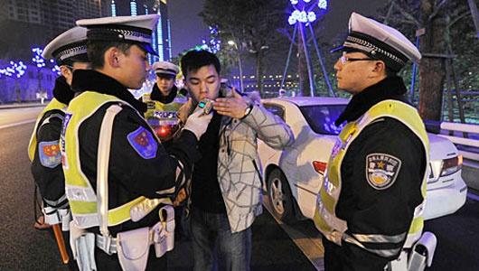 Dịch vụ chở người say rượu, bia - nghề kiếm bộn tiền ở Bắc Kinh