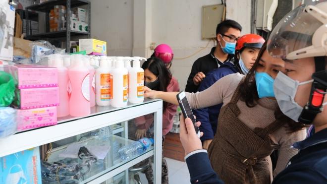 Hà Nội: Khẩu trang y tế, nước rửa tay loạn giá, cháy hàng vì virus corona