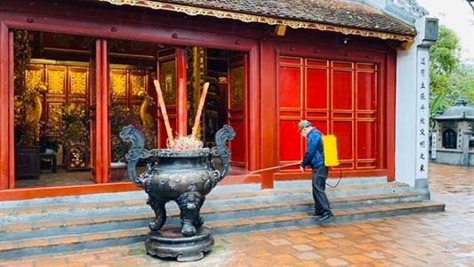 Văn Miếu Quốc Tử Giám và đền Ngọc Sơn mở cửa lại sau khử trùng phòng dịch
