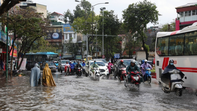 Hà Nội mưa lớn, nhiều tuyến phố ngập úng, cây đổ đè bẹp ô tô