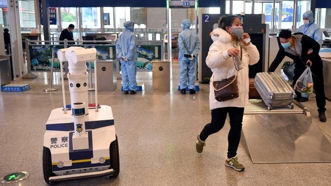 Dịch COVID-19: Trung Quốc chế tạo robot hỗ trợ các bác sĩ khám chữa bệnh cho bệnh nhân