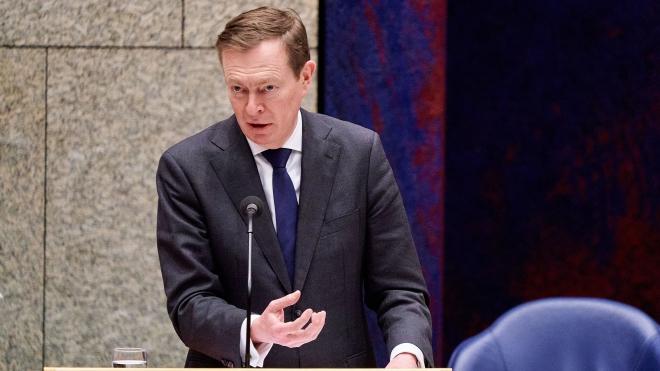 Bộ trưởng Y tế Hà Lan từ chức sau khi bị ngất tại cuộc thảo luận ở Quốc hội về dịch COVID-19