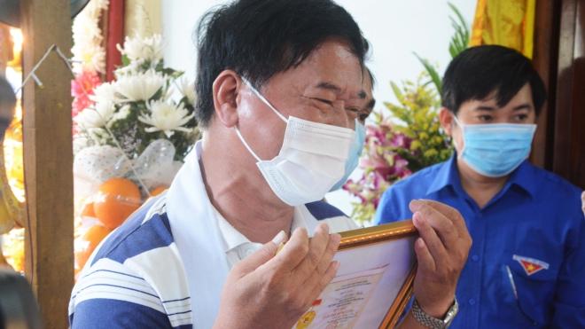 Rơi nước mắt Lễ truy tặng Huy hiệu 'Tuổi trẻ dũng cảm' cho chiến sĩ công an Võ Văn Toàn
