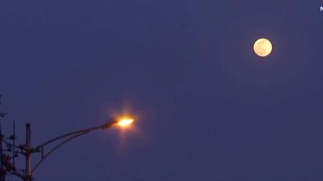 VIDEO: 'Siêu trăng hồng' thắp sáng trời đêm châu Á