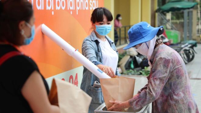 Cây 'ATM gạo' đầu tiên ở Hà Nội được lắp đặt để giúp đỡ người nghèo